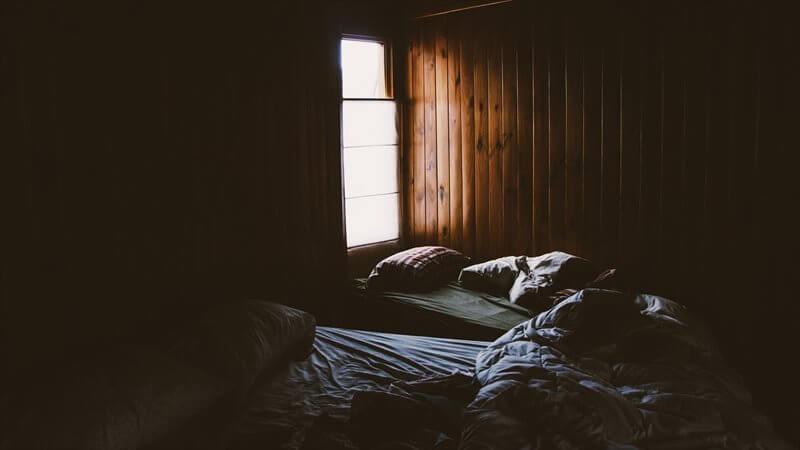 小さな窓は、採光が減るので、部屋が暗くなる
