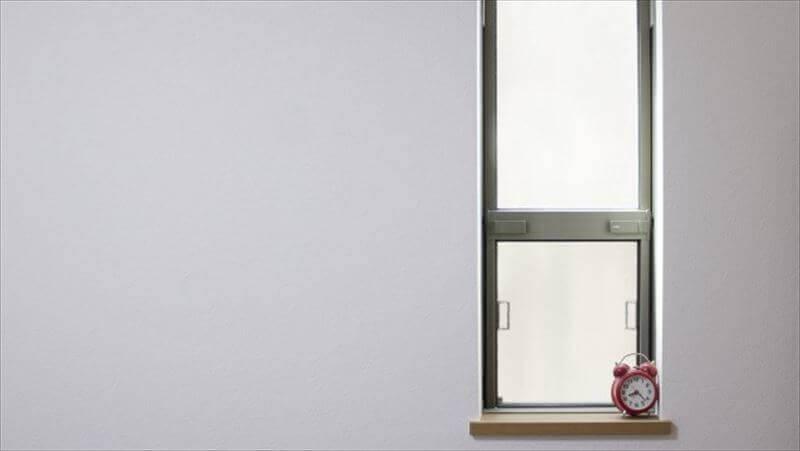 小さな窓は、部屋が狭く感じる